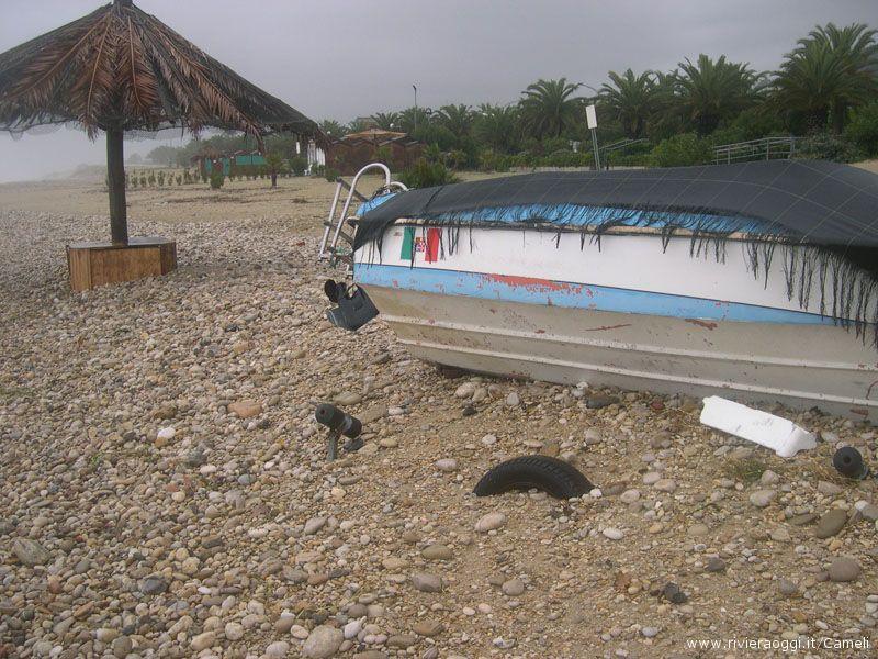 Le piccole imbarcazioni sono state spostate e sommerse dalle onde