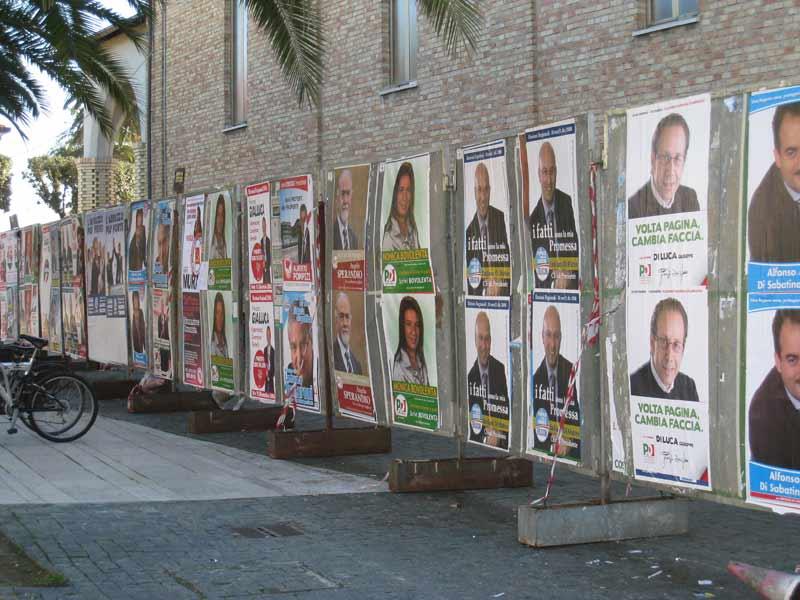 I manifesti elettorali in piazza Cavour a Martinsicuro