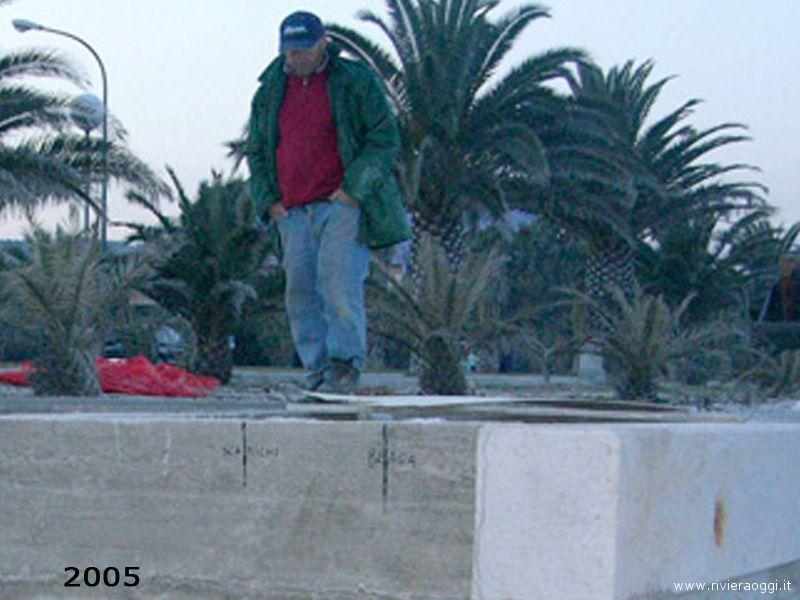 Una foto del 2005 in cui si vede sullo sfondo la fila di palme: a parte la prima, le altre non ci sono più