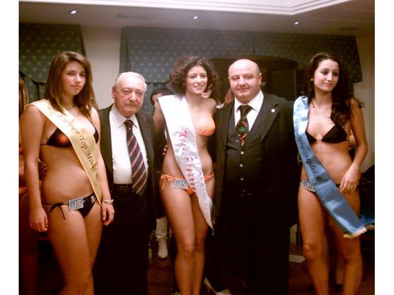 Le prime tre classificate a Miss Peperoncino insieme agli organizzatori