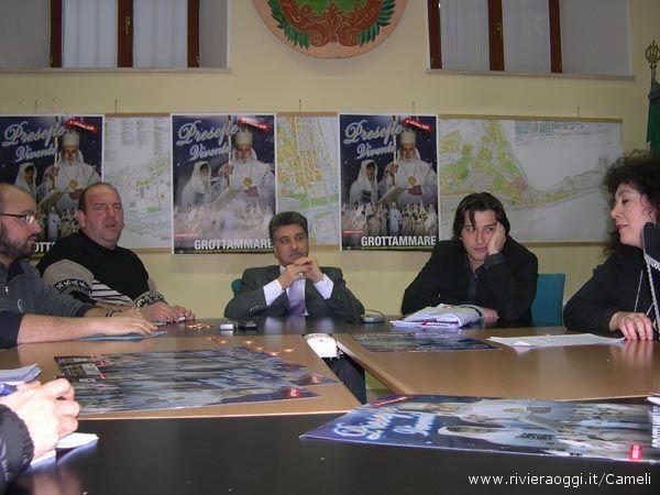 Da sinistra Michele e Fabrizio Rosati, i Sindaco merli, l'assessore Piergallini e Susanna Faviani, fra monete di rame e locandine del Presepe Vivente