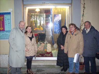 Gli organizzatori del concorso davanti alla sede dell'Arca dei Folli a Cupra Marittima