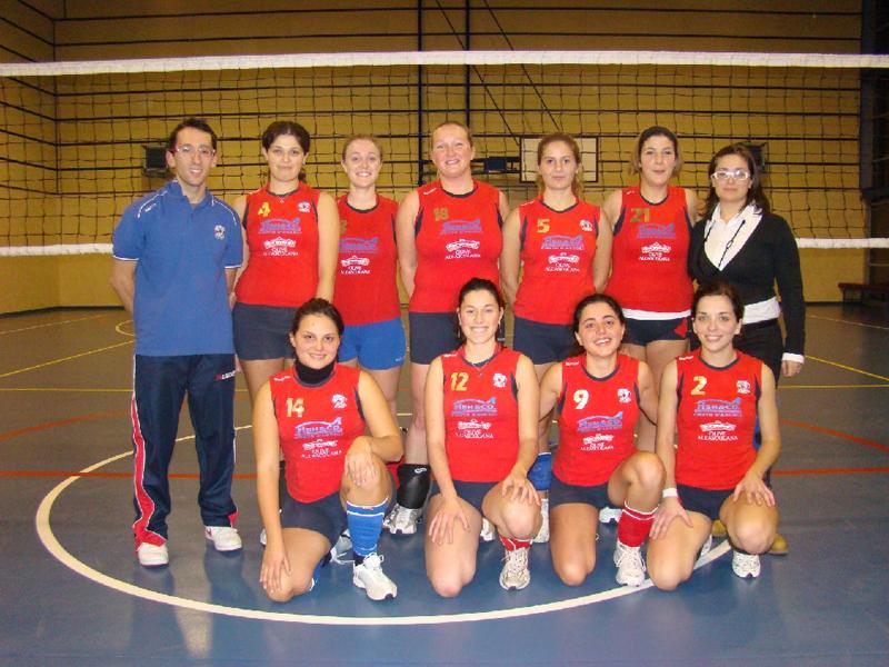 Le ragazze della Gf Infortunistica con l'allenatore Marco Scartozzi