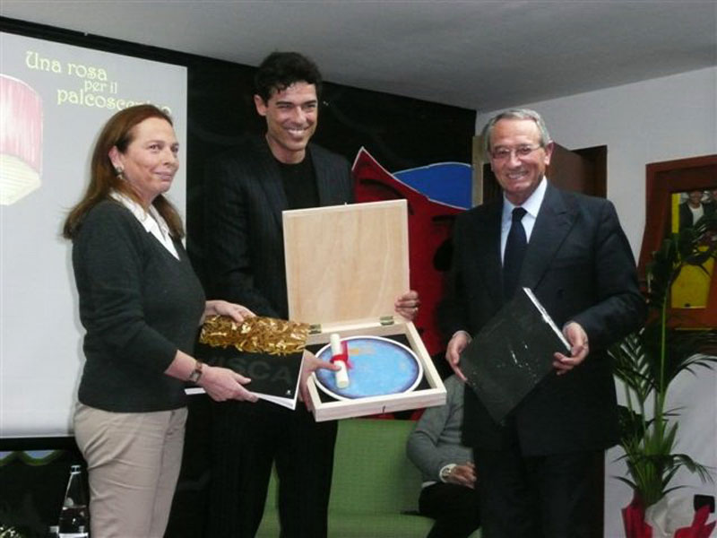 Alessandro Gasmman ritira il premio dal sindaco Abramo Di Salvatore e da Annalia Gebbia dell'associazione VillaRosaCultura