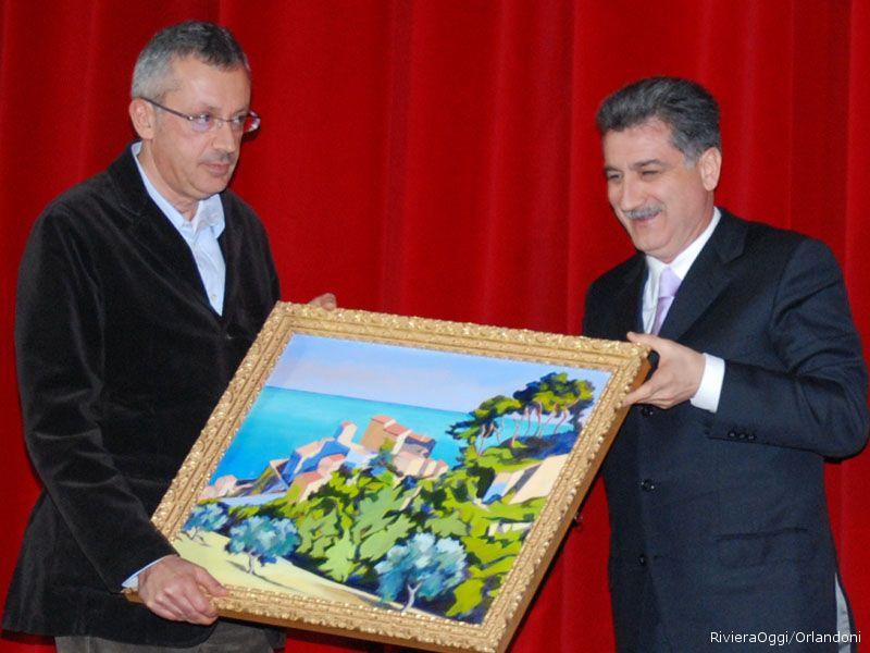 Il Sindaco Luigi Merli consegna il premio ad Antonio Attorre