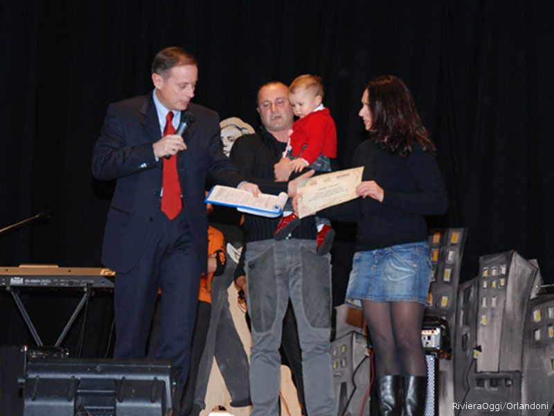 La piccola Elena riceve il premio con mamma Diana Merlini e papà Pasquale