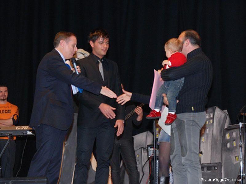 La piccola Elena riceve il premio con mamma Diana Merlini e papà Pasquale da Viglianese e Cameli