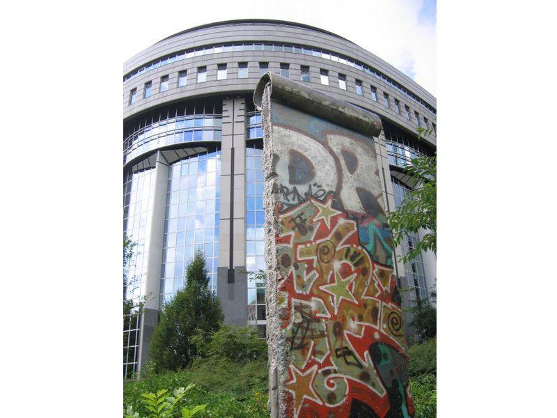 Una parte del Muro di Berlino collocata di fronte al Parlamento Europeo a Bruxelles, Belgio.