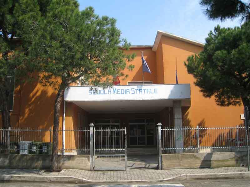 La scuola media di via Battisti a Martinsicuro