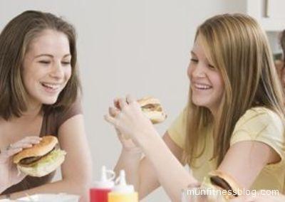 Adolescenti in un fast-food. Meglio i prodotti del Piceno, sia per la salute che per l'economia