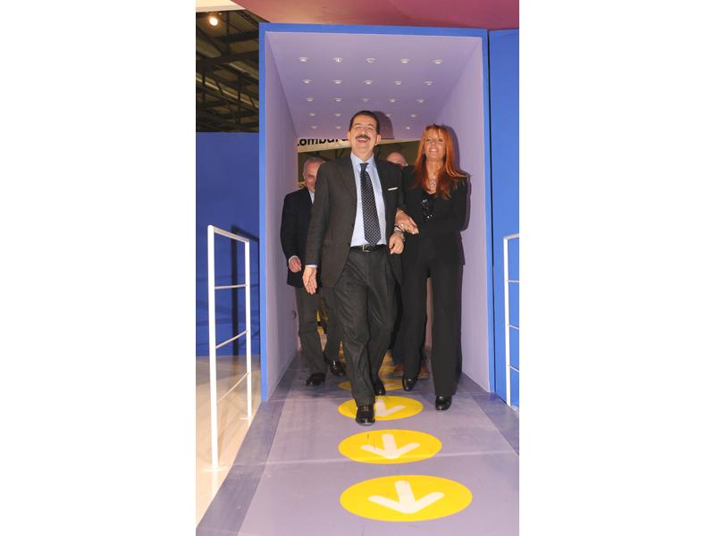 L'assessore regionale al Turismo Vittoriano Solazzi sottobraccio al sottosegretario al Turismo, Michela Brambilla allo stand della Regione presso la Bit 2009