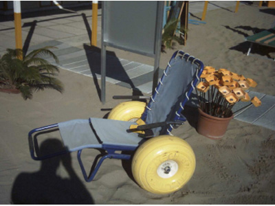 Una carrozzina da spiaggia