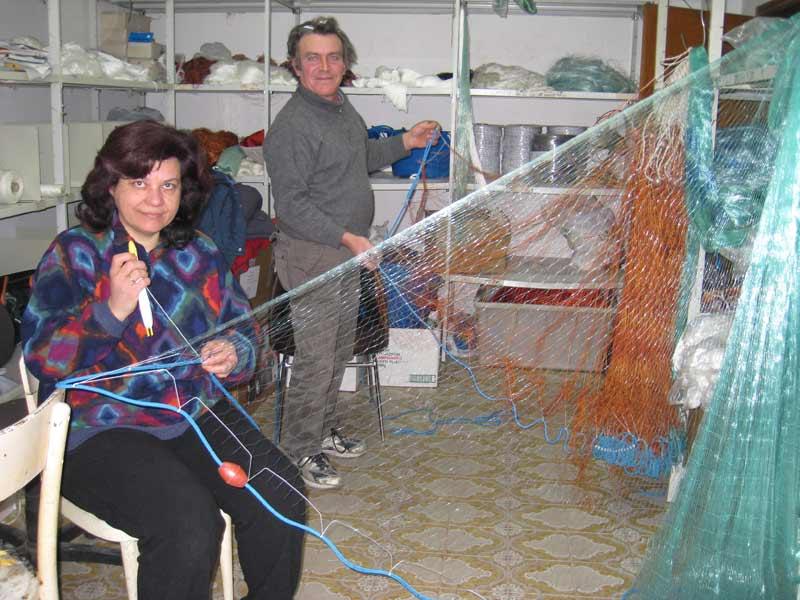 Franca Ferreri e il marito nel laboratorio dove montano e riparano le reti