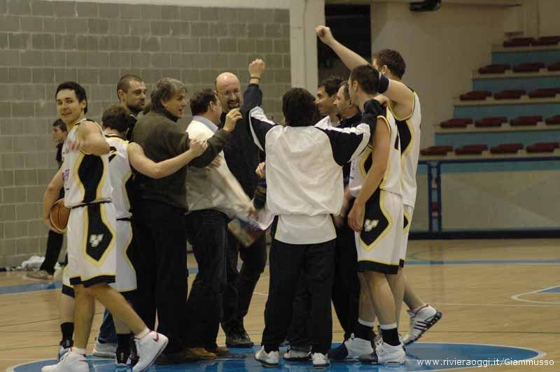 L'esultanza del Martinsicuro basket dopo la sfida con Campobasso, l'ultimo match casalingo disputato finora