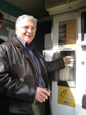 Il sindaco Giuseppe Torquati all'inaugurazione del punto vendita del latte Agri Service