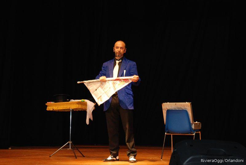 Il Mago Pierre ha aperto la serata scaldando il pubblico con la magia