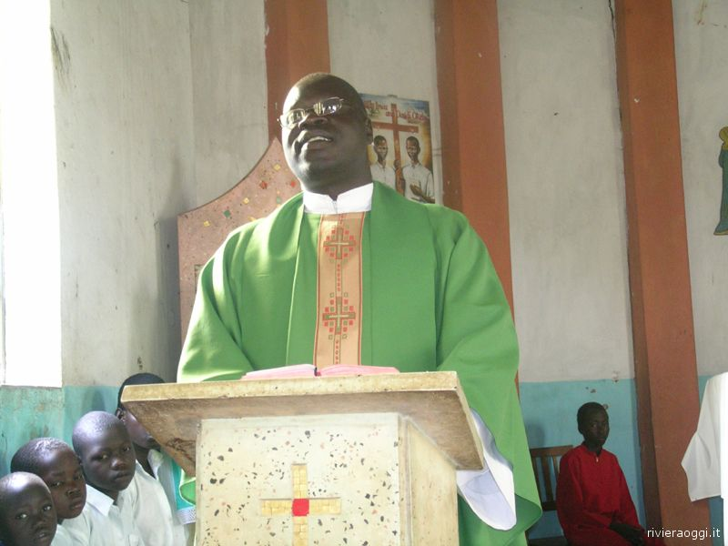 Uganda: padre Cyprian officia la Santa Messa nella parrocchia Christ the King di Atanga