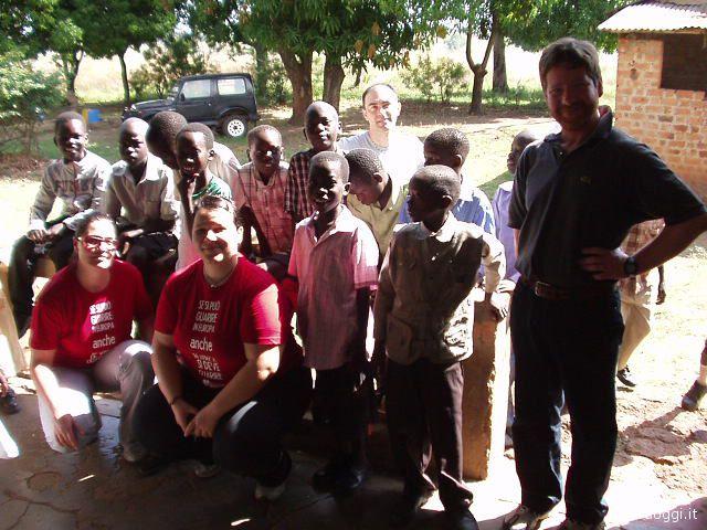 Uganda: i volontari della Casa della Speranza assieme ad alcuni bambini di Atanga
