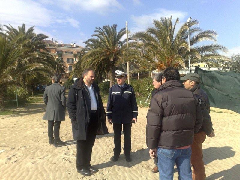 Il sindaco Giovanni Gaspari durante il sopralluogo alle spiagge libere del lungomare nord