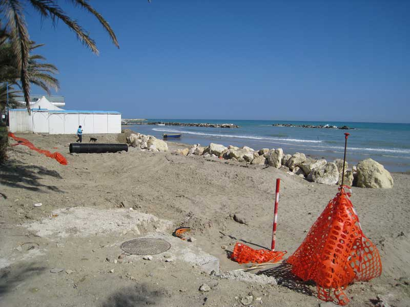 Lavori sulla spiaggia nella zona nord di Martinsicuro