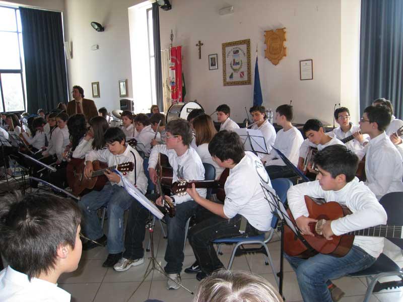 Gli alunni delle scuole medie durante il concerto