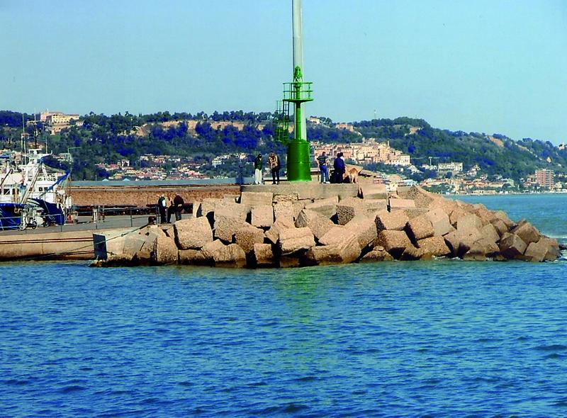 La punta del molo nord, dove sorgerà il monumento alla donna del mare