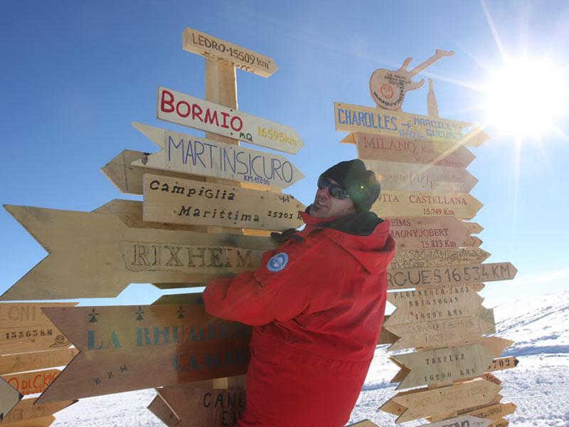 Domenico Fasano ha piantato al circolo polare antartico il cartello di Martisicuro