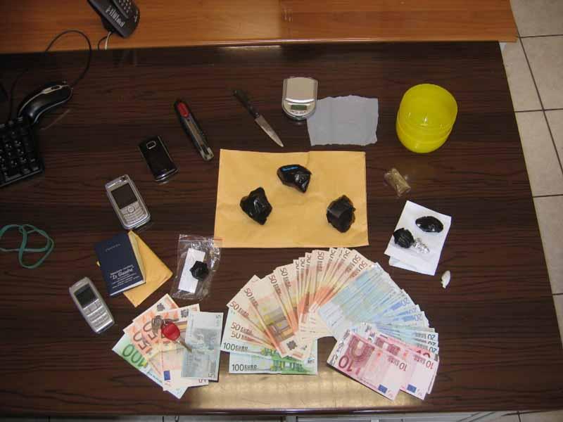 Denaro e altri beni trovati nell'abitazione di uno dei spacciatori
