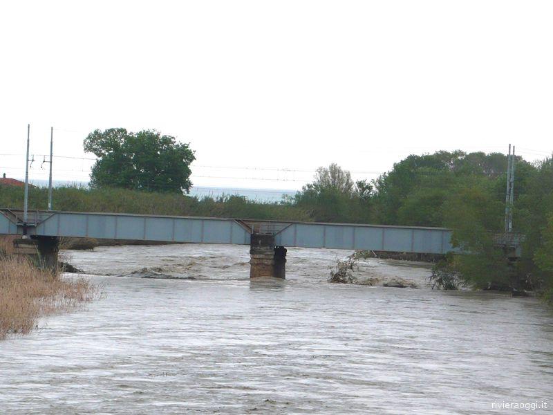Il ponte ferroviario nella piena del Tronto del 22 aprile: il livello del fiume a livelli di emergenza