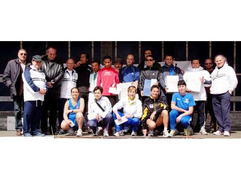 Foto di gruppo per gli organizzatori e gli atleti primi classificati alle varie gare