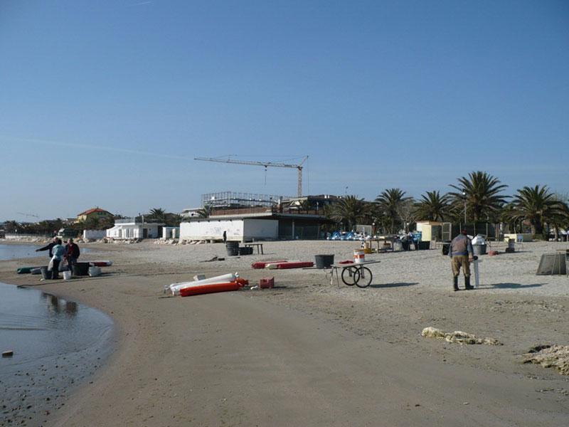 I pescatori al lavoro nel tratto di spiaggia antistante lo chalet Portofino