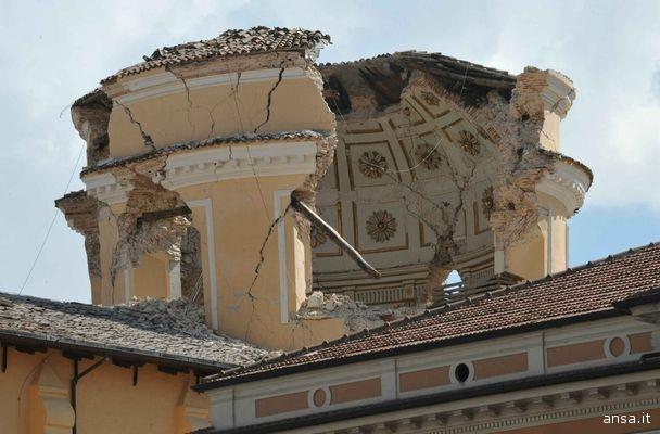 Il campanile della Chiesa delle Anime Sante in Piazza Duomo a L'Aquila: immagine emblematica del terremoto abruzzese