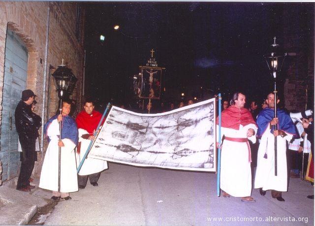 La Sacra Sindone scende dal Paese Alto durante la Processione del Cristo Morto