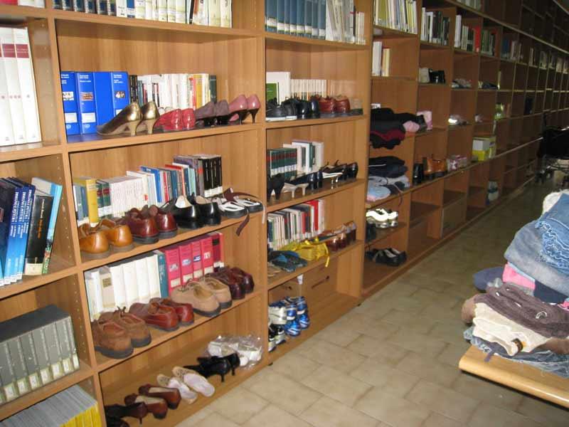 Abiti, biancheria, scarpe e beni di prima necessità sistemati nella Biblioteca dei Servizi Sociali