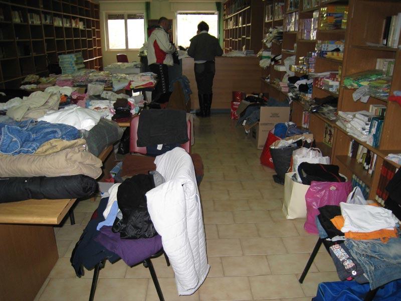 Abiti, biancheria, scarpe, e beni di prima necessità sistemati nella Biblioteca dei Servizi Sociali