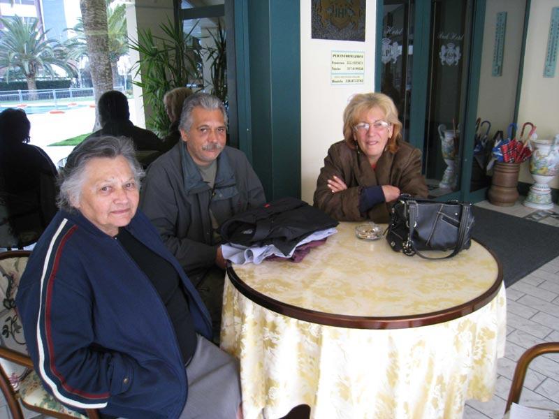 La signora Francesca Raffaelli con il figlio e la nuora Emilia Scuderi