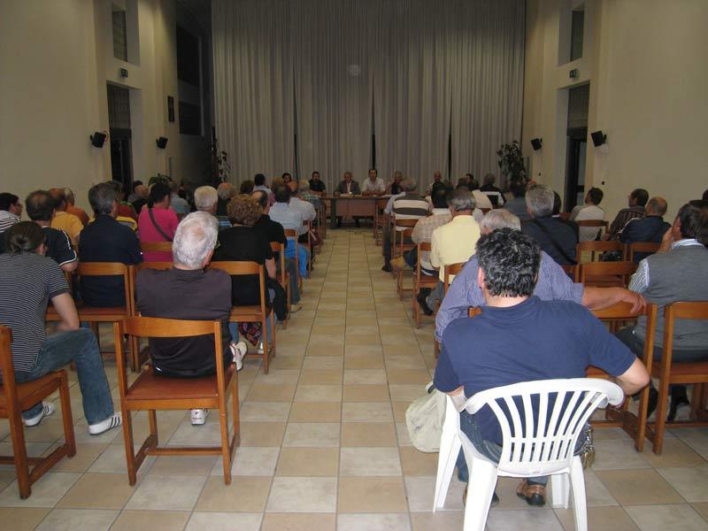 L'amministrazione comunale spiega ai cittadini le ragioni della vendita del terreno a Villa Rosa