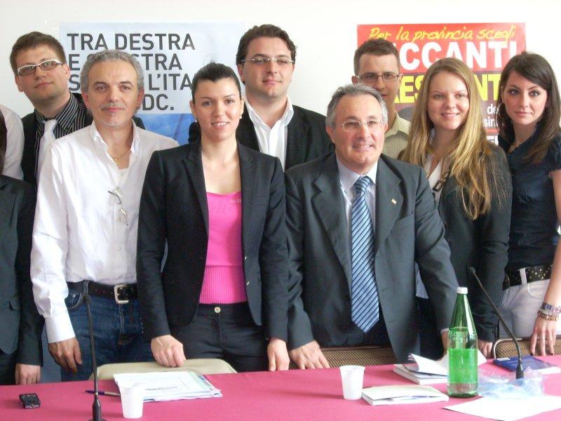 Ciccanti (al centro) durante la recente campagna elettorale
