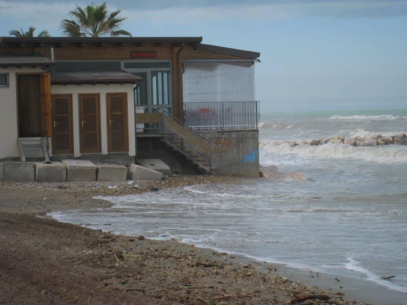 La zona nord di Martinsicuro: in molti tratti la spiaggia è ridotta a poche decine di metri, il mare arriva fin sotto gli chalet