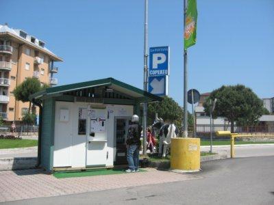Il nuovo gazebo per la distribuzione del latte crudo situato davanti all'ingresso nord del centro commerciale