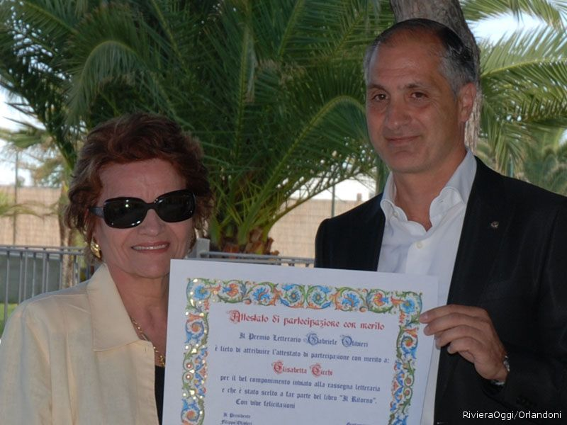 La consegna dell'attestato alla mamma di Elisabetta Cicchi