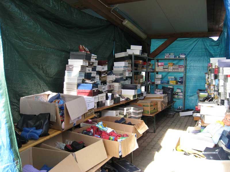 Generi alimentari, scarpre, abiti, a disposizione delle vittime del terremoto presso la Croce Verde di Villa Rosa