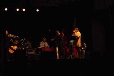 Moni Ovadia con i musicisti
