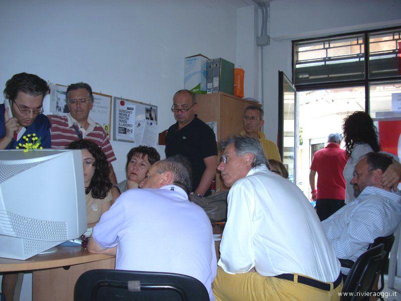 L'attesa per i risultati nella sede Pd di via Balilla. Sulla destra di spalle il sindaco Gaspari