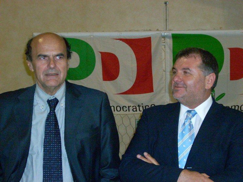 Pierluigi Bersani in compagnia del candidato Pd alla provincia Emidio Mandozzi