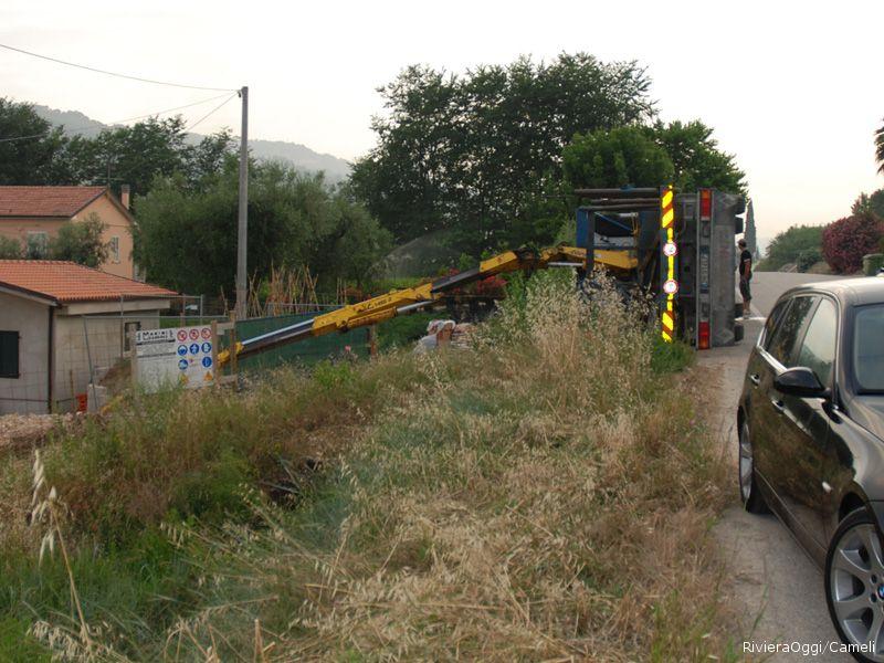 Il camion rovesciato poco dopo l'incidente