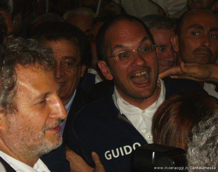 Guido Castelli in piazza ad Ascoli subito dopo la fine dello spoglio elettorale 2009