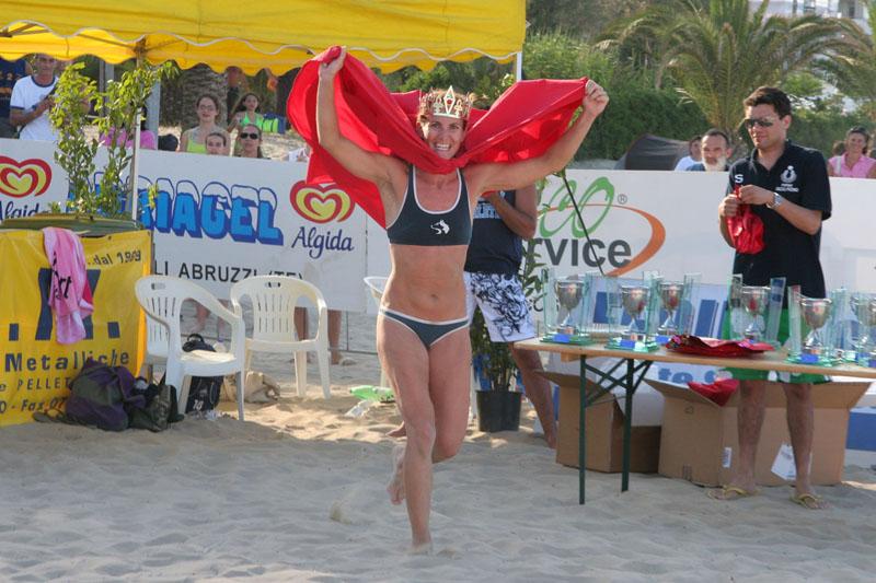 Daniela Gattelli con il mantello e la corona di regina della spiaggia