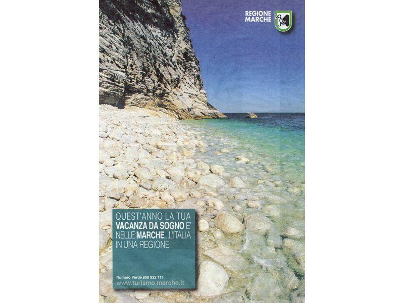 La quarta di copertina dell'inserto di pubblicità regionale mostra la costa rocciosa del Conero: nel resto delle 16 pagine a colori non c'è neppure una citazione per San Benedetto, Ascoli e l'intero territorio Piceno