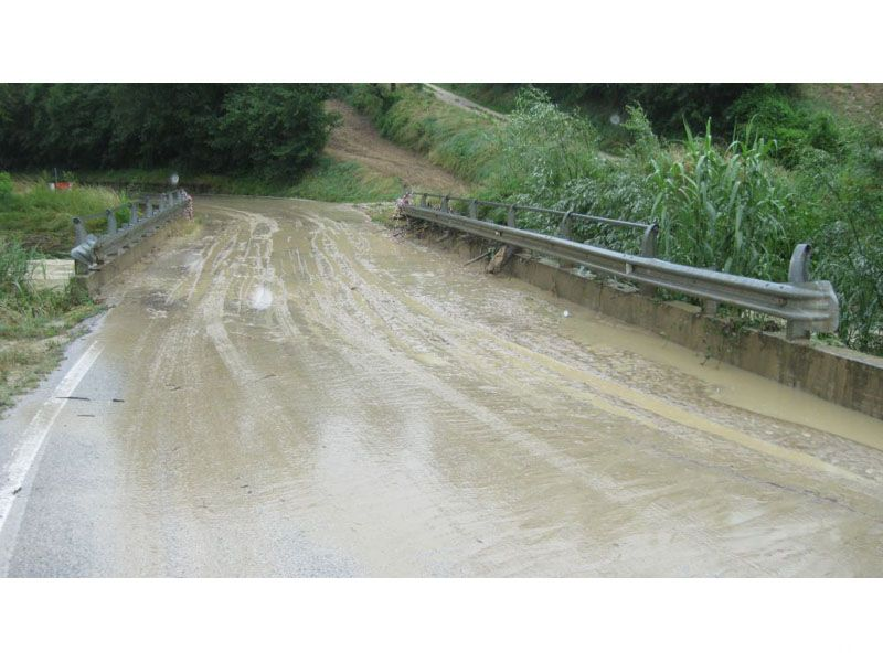 Ripatransone, il ponte sul Lungalbula durante una forte pioggia il 2 giugno 2009